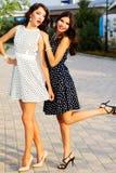 Deux jeunes amies portant les robes intéressantes Photos stock