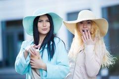 Deux jeunes amies s'approchent du bâtiment Photographie stock