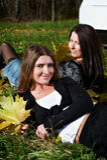 Deux jeunes amies sur l'herbe verte Image libre de droits