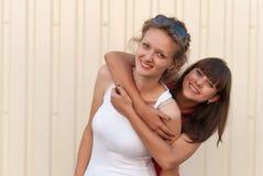 Deux jeunes amis ayant l'amusement ensemble Photos stock