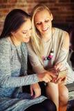 Deux jeunes amis féminins bavardant dans une barre Photographie stock libre de droits