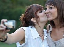 Deux jeunes amis féminins caucasiens Photographie stock libre de droits