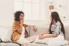 Deux jeunes amis féminins conversant à la maison Photo libre de droits