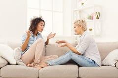 Deux jeunes amis féminins conversant Photo libre de droits