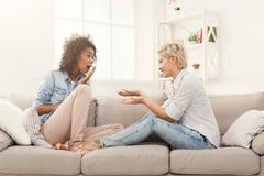 Deux jeunes amis féminins conversant Photos stock