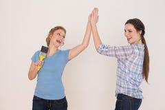 Deux jeunes amis féminins gais donnant la haute cinq Photographie stock libre de droits