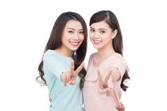 Deux jeunes amis féminins heureux Images stock
