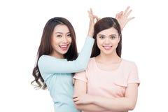 Deux jeunes amis féminins heureux Images libres de droits