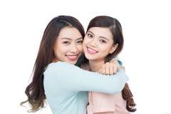 Deux jeunes amis féminins heureux Image libre de droits