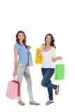 Deux jeunes amis féminins heureux avec des paniers Photographie stock