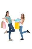 Deux jeunes amis féminins heureux avec des paniers Images stock