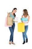 Deux jeunes amis féminins heureux avec des paniers Images libres de droits