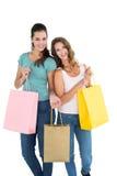 Deux jeunes amis féminins heureux avec des paniers Image stock