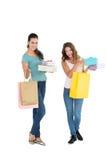 Deux jeunes amis féminins heureux avec des paniers Image libre de droits