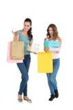 Deux jeunes amis féminins heureux avec des paniers Photos stock