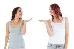 Deux jeunes amis féminins heureux donnant leurs mains Photos libres de droits
