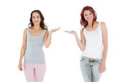 Deux jeunes amis féminins heureux donnant leurs mains Photographie stock