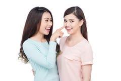 Deux jeunes amis féminins heureux Rire asiatique de filles Photos libres de droits