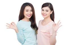 Deux jeunes amis féminins heureux Sourire asiatique de filles Photo stock