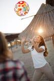 Deux jeunes amis féminins jouant avec la boule Images libres de droits