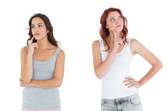 Deux jeunes amis féminins occasionnels réfléchis Image libre de droits