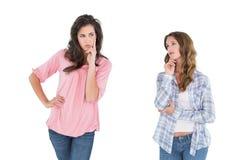 Deux jeunes amis féminins occasionnels réfléchis Photographie stock