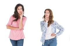 Deux jeunes amis féminins occasionnels réfléchis Images stock