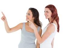 Deux jeunes amis féminins se dirigeant loin Photos libres de droits