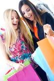 Deux jeunes amis faisant des emplettes ensemble Images stock