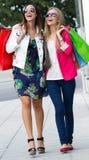 Deux jeunes amis faisant des emplettes ensemble Image stock