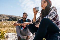 Deux jeunes amis faisant une pause pendant la hausse Images libres de droits