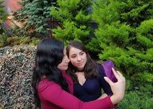 deux jeunes amis, heureux, prenant un selfie Images libres de droits