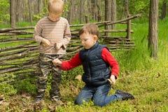 Deux jeunes amis jouant dans la région boisée Photographie stock