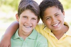 Deux jeunes amis mâles à l'extérieur Photographie stock