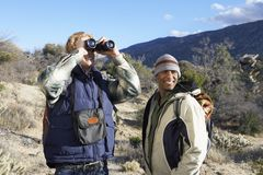Deux jeunes amis masculins regardant loin Photos libres de droits