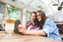 Deux jeunes amis prenant le selfie Photographie stock