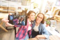 Deux jeunes amis prenant le selfie Photographie stock libre de droits