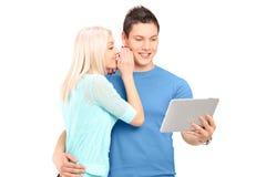 Deux jeunes amis se tenant étroits ensemble et regardant une table Photos libres de droits