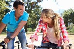 Deux jeunes amis sur une conduite de vélo Photographie stock libre de droits