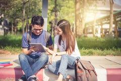 Deux jeunes asiatiques d'université discutant au sujet du travail et de l'aileron Photos libres de droits