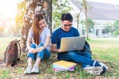 Deux jeunes asiatiques d'université discutant au sujet du travail et de l'aileron Image libre de droits
