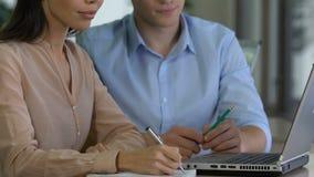 Deux jeunes associés discutant le plan d'action dans le bureau, travail mutuel, faisant un brainstorm clips vidéos