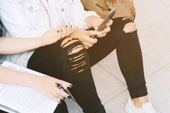 Deux jeunes beaux amis de femmes à l'aide du comprimé numérique Image stock