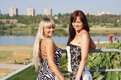 Deux jeunes beaux femmes en stationnement Photos libres de droits