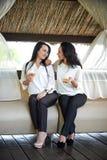 Deux jeunes belles, affectueuses filles communiquent de manière romantique image stock
