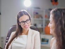 Deux jeunes, belles femmes d'affaires dans le bureau Image stock