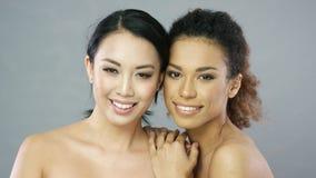 Deux jeunes belles femmes dans le studio clips vidéos