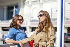 Deux jeunes belles femmes heureuses dans des lunettes de soleil Photo libre de droits