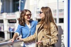 Deux jeunes belles femmes heureuses dans des lunettes de soleil Photo stock