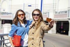 Deux jeunes belles femmes heureuses dans des lunettes de soleil Images libres de droits